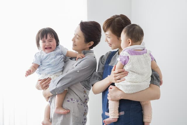 赤ちゃんを抱っこする保育士