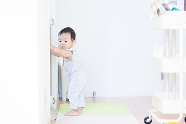 防音シート上の赤ちゃん
