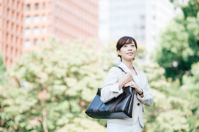 仕事に向かう女性