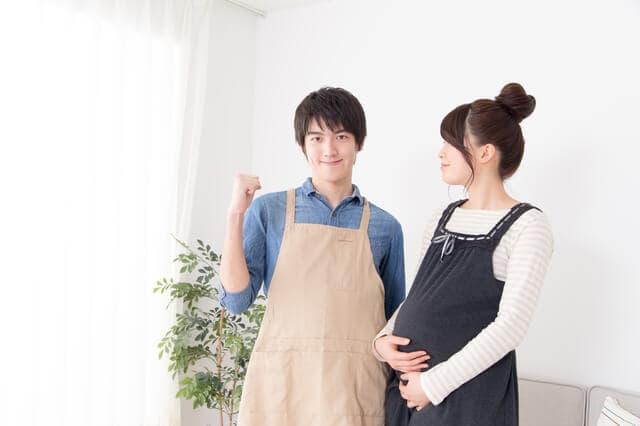 妊娠中期の妊婦と夫