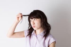 髪の毛が気になる女性