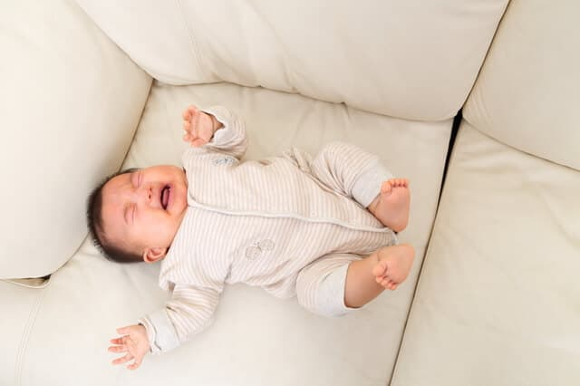 授乳後に泣く赤ちゃん