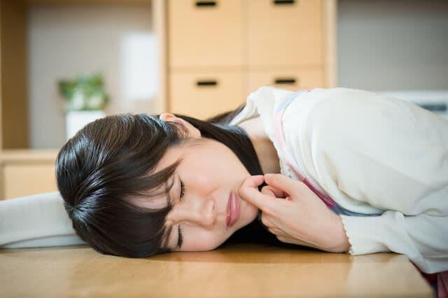 子育てと仕事で疲れる女性