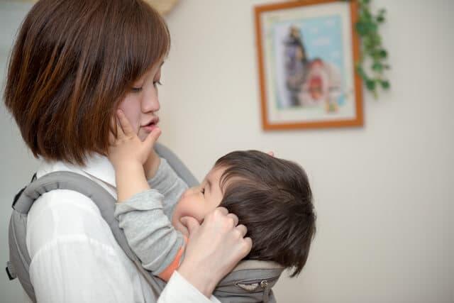 抱っこする母