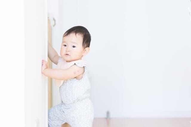 伝い歩きをする赤ちゃん