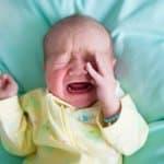 赤ちゃんが顔をこする原因は眠いから?それともかゆいの?