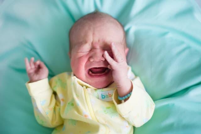 顔をこする赤ちゃん