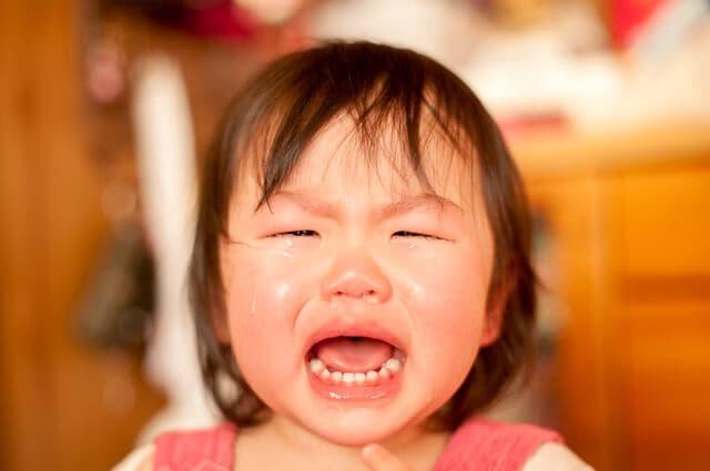 大泣きする子ども