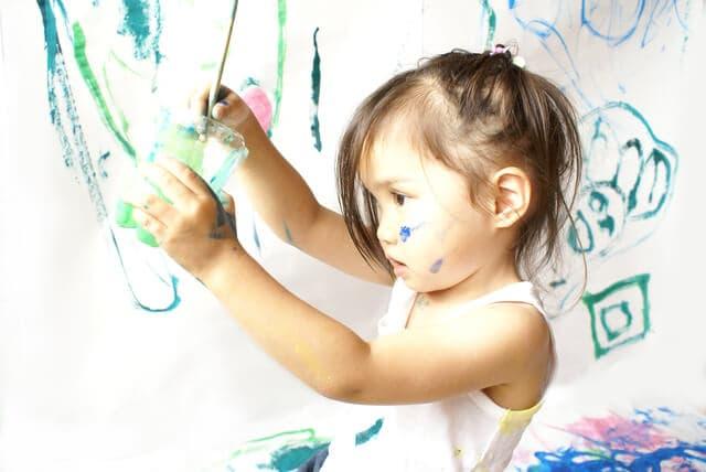 絵具で絵を描く子ども