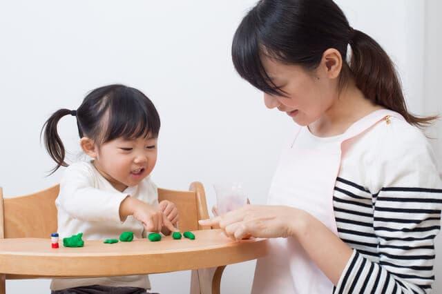 粘土で遊ぶ子ども