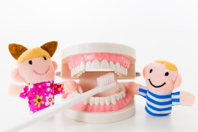 歯を磨く人形
