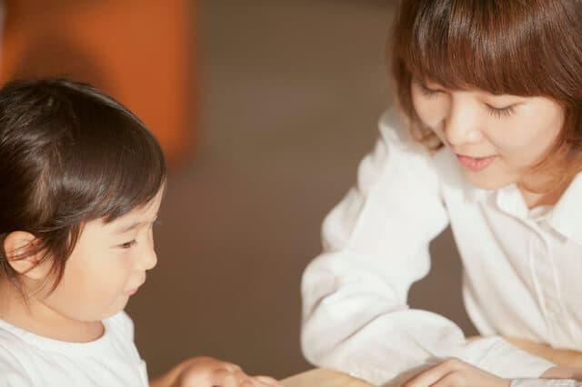 本読むママと子供