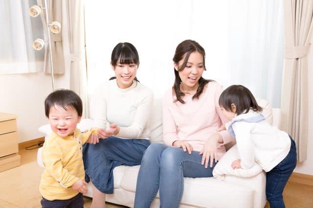 家で遊ぶ親子たち