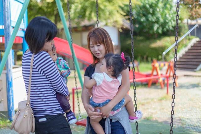 公園で遊ぶ親子たち