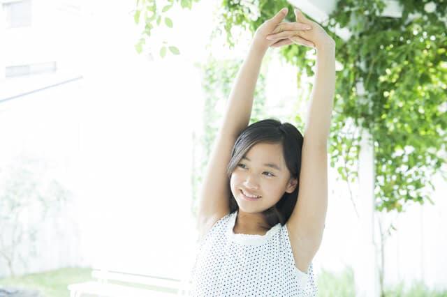 腕を上げる女の子
