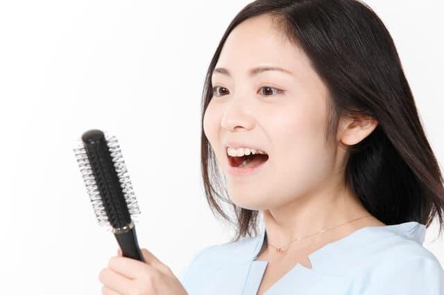 抜け毛に悩む女性