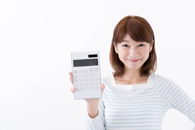 電卓を見せる女性