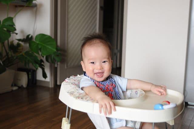 歩行器に乗る赤ちゃん