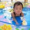 赤ちゃんの水遊びデビューはいつから?プールや海水浴を楽しもう!
