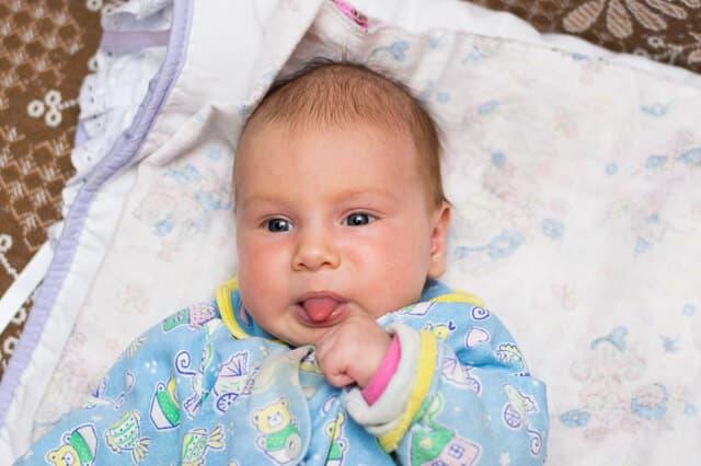舌をだす赤ちゃん