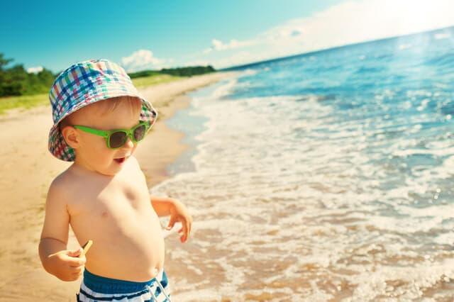 海でたっている赤ちゃん