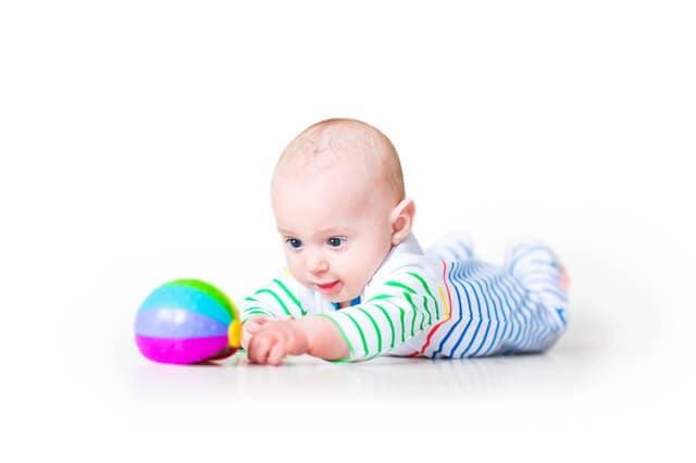 ボールを見る赤ちゃん