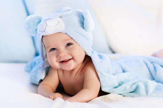 クマのタオルをかぶる赤ちゃん