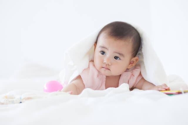 毛布をかぶる赤ちゃん