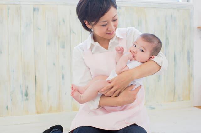 赤ちゃんを抱っこするベビーシッター