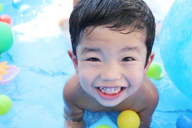 水遊びを楽しむ男の子