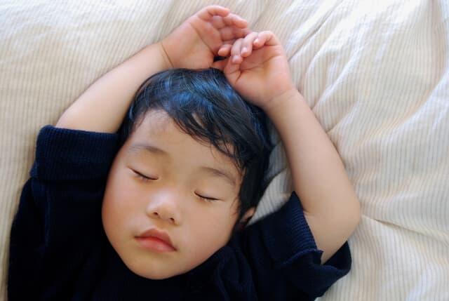 お昼寝中の男の子