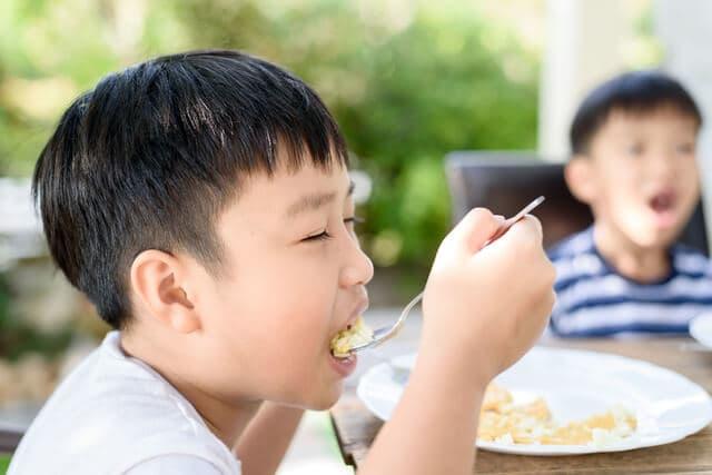 ご飯を食べる男の子