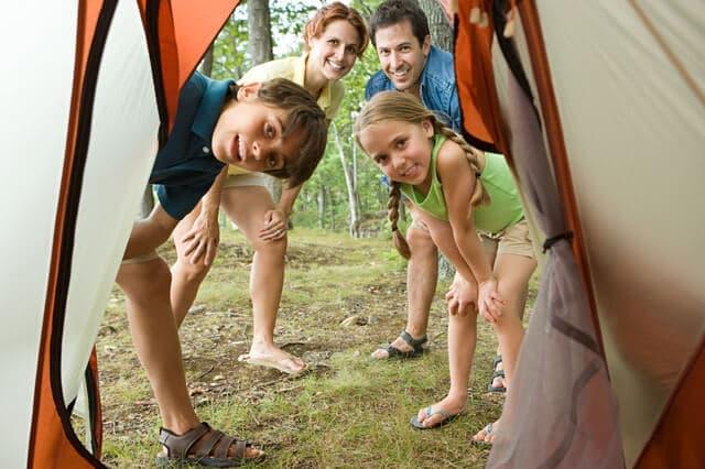 キャンプをする家族