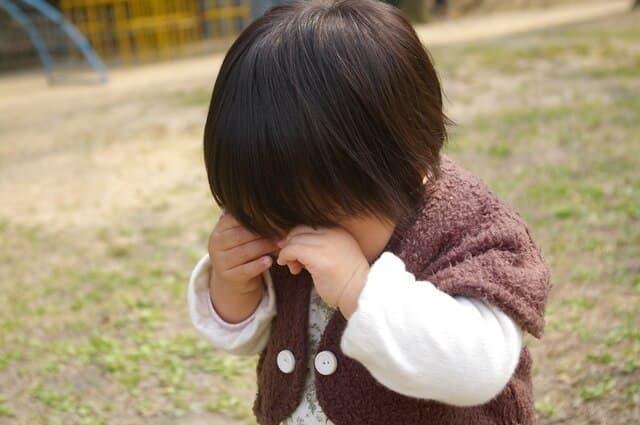 歩きながら泣く子ども
