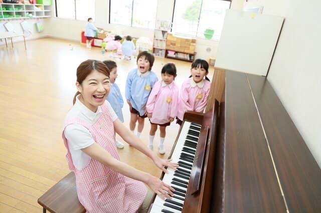 ピアノをひく保育士
