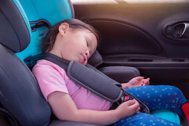 チャイルドシートで寝る子ども