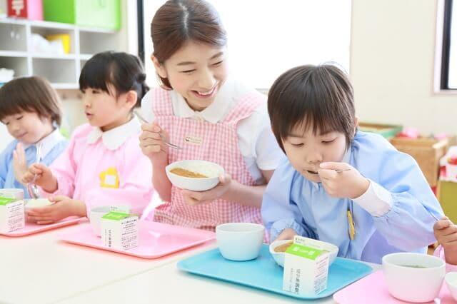 給食を食べる子ども