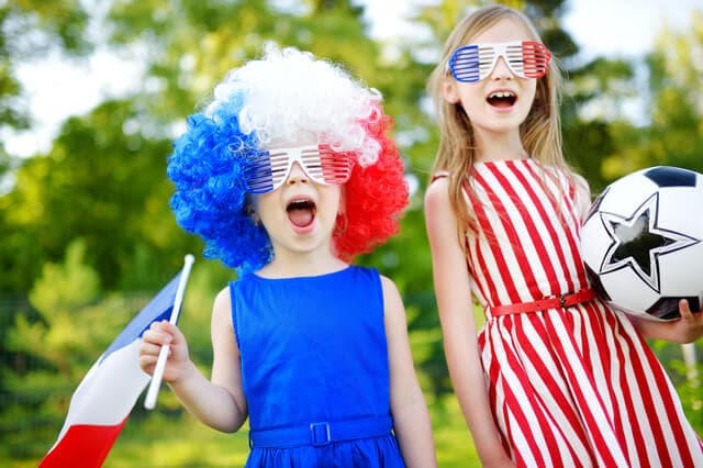 フランスの国旗を持つ子ども