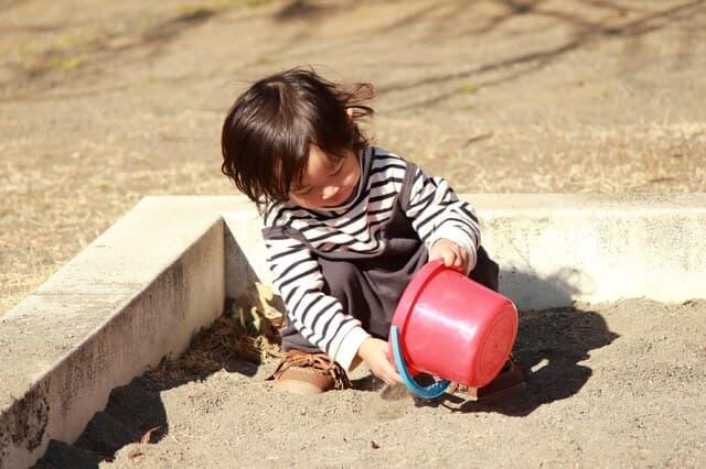 砂場で遊ぶ子ども