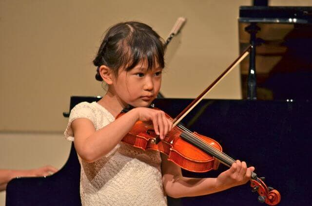 バイオリンを弾く子ども