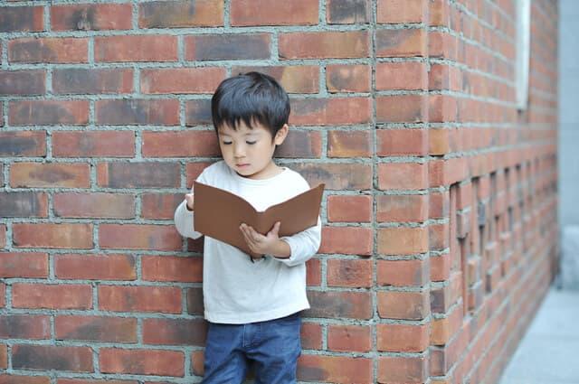 外で本を読む子ども
