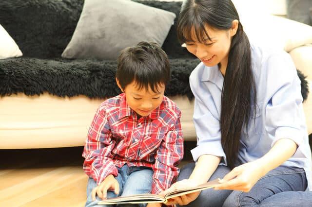 ママと本を読む子ども
