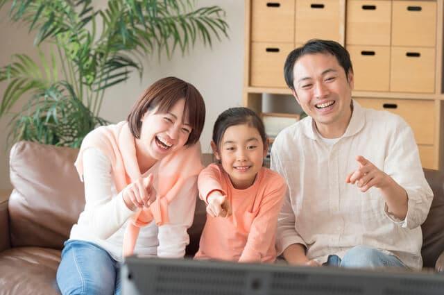 テレビをみる家族