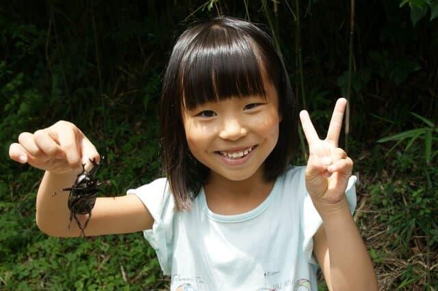 虫を捕る女の子