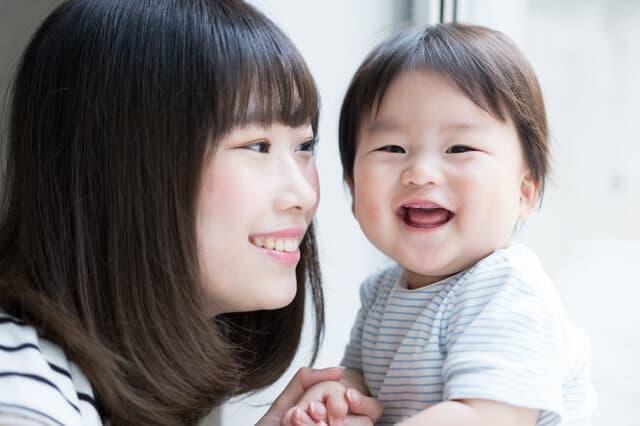 笑うママと子ども