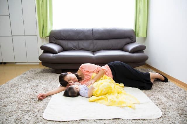 添い寝をするお母さん
