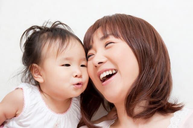 笑いあっているママと赤ちゃん