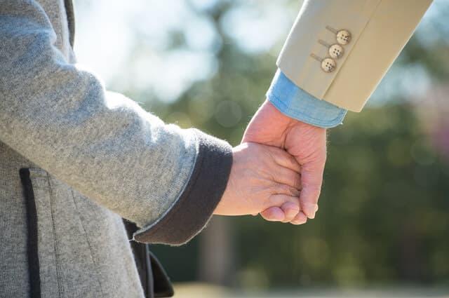 子どもと手をつなぐパパ