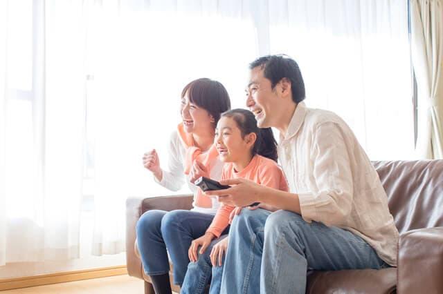 テレビをみる親子