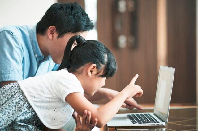 パソコンをみる親子